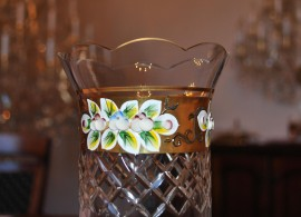 The bulb vase decorated with enameled flowers